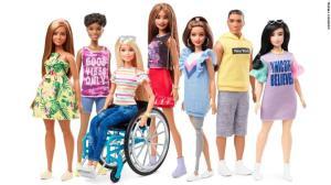 Nuevas Barbies de Mattel 2019 incluyen nuevos diseños y una con silla de ruedas y otra con prótesis de pierna.